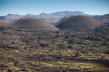 04 DE JUNIO DEL 2014EN EL PUEBLO DE ANDAGUA PROVINCIA DE CASTILLA ALTA SE SUBE AL MIRADOR EN LO ALTO DE IN CERRO PARA PODER APRECIER EL VALLE DE LOS VOLCANES EN PLENITUD, DE IZQUIERDA A DERECHA LOS VOLCANES MELLIZOS HUANACAURE, PUCAMAURAS, NINAMAURA, CHILCAYOQ GRANDE, CHILCAYOQ CHICO Y JECHAPITA