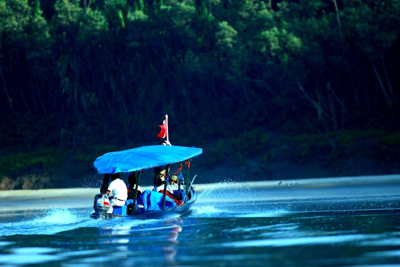 Navigation sur le fleuve Manú